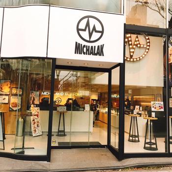 フランスパリで有名なクリストフ・ミシャラクのお店が日本上陸です!クリストフ・ミシャラクといえばパティスリー界の風雲児。斬新な店舗ですが作り出すスイーツはグルテンフリーだったりヘルシーなものが多いんです。