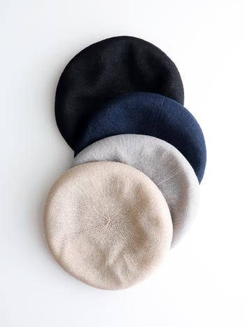 ベレー帽も涼しげな素材を選べば、夏のコーデをすっきり、爽やかに見せてくれます。おすすめはリネン!柔らかいけど、適度なシャリ感があって、美しい佇まい。放湿性に優れているので、蒸れることなく快適に過ごせます。