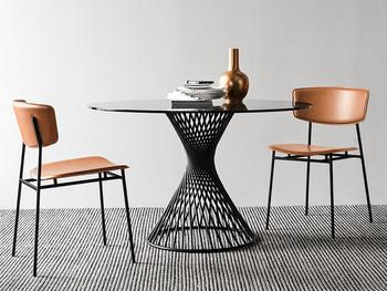脚のデザインが個性的なダイニングテーブルは、そこにあるだけでおしゃれな雰囲気。 ガラス天板は開放的な雰囲気で、狭い空間にも◎
