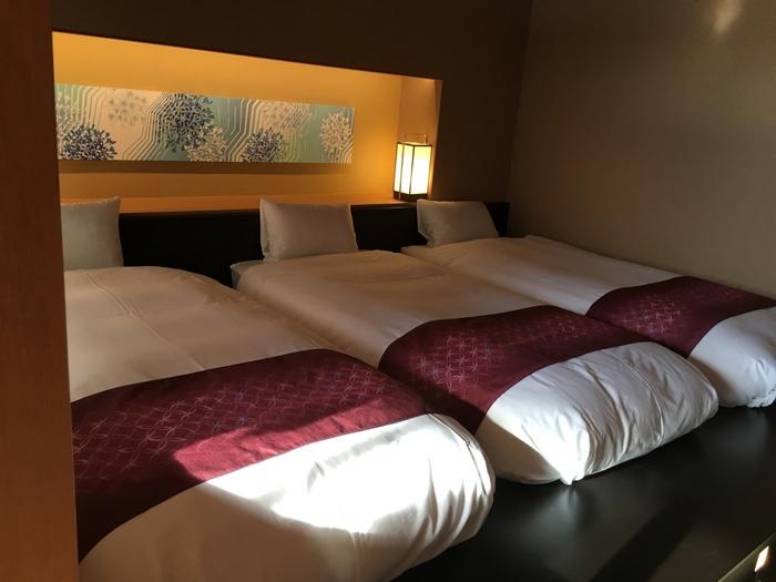 和の温泉の伝統と、リゾートの心地よさ、モダンな感性を融合した「界 加賀」。九谷焼を壁面に配した大浴場や、加賀の伝統工芸をインテリアに使用したお部屋など、美しい空間での滞在を楽しめます。