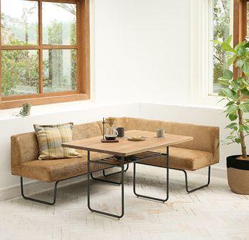 四角いダイニングテーブルをコーナーソファーと合わせたレイアウト。 リビングスペースも兼ねることができるので、スペースの少ない部屋にぴったりです。