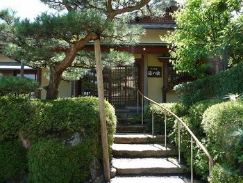 開湯およそ1300年、「金沢の奥座敷」として知られる湯涌温泉。湯治の地として古くから愛されてきました。 こちらは「金沢湯涌温泉 湯の出」温泉はもちろん、本格的な懐石料理も評判です。