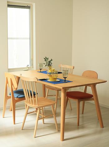 四角タイプのテーブルは片側を壁に密着させて使うことができるため、レイアウトがしやすいという点も。 デッドスペースになりやすい部屋の角も、活かすことができます。  また、キッチンカウンターにもくっつけて使うこともでき、 スペースを無駄なく使うこともできます。