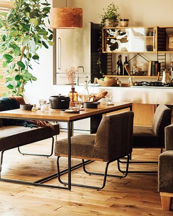 四角タイプのダイニングテーブルの魅力は、何と言っても天板を広く使えること。  並べられる食器やカトラリーの数が多く、料理を取り分けるのも楽々。 ひとり分のスペースがわかりやすく、ホームパーティーにも対応しやすいのがメリットです。