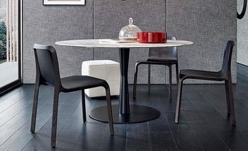 真ん中でくびれたような脚のデザインが目を引くダイニングテーブル。 円形の天板を一本脚で支えることで、空間の抜けがよくなり部屋を広く見せる効果があります。