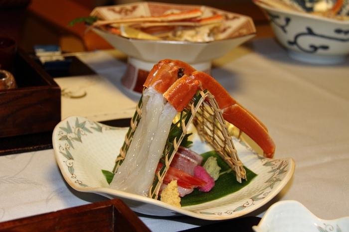 名物「加能ガニ」をはじめ、季節の山海の幸をふんだんに使ったお料理も魅力。食器や盛りつけなどの繊細さも楽しんで。