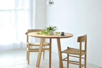 丸タイプのダイニングテーブルは、狭い空間を広く使えるというメリットも。 他のインテリアが多くスペースが限られていても置きやすいのが嬉しいポイントです。