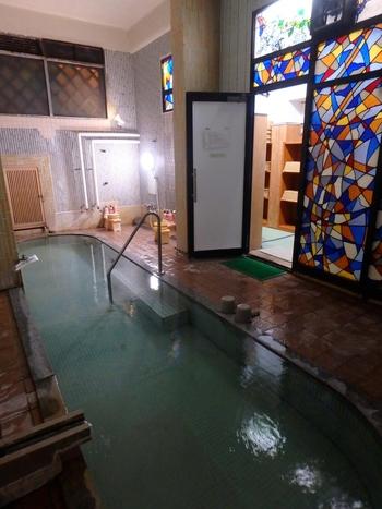 源泉掛け流しの温泉は、昔ながらのこぢんまりとした作り。肌にしみわたる天然温泉をゆったりと感じられます。客室や食事処、廊下など、細部に至るまで情緒あるしつらえを楽しんで。