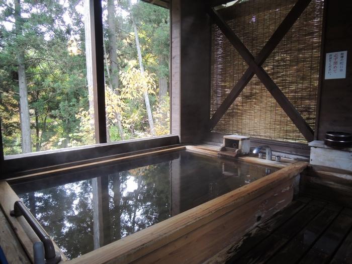 大浴場や露天風呂、貸切の洞窟風呂のほか、長い階段をのぼった先にある展望露天風呂は予約制で貸切に。白銀の滝を臨みながら、銀山の緑に包まれて身も心も癒されます。