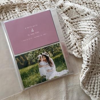 検診でもらったエコー写真も、きちんとアルバムに残しておきたいですよね。ポケットアルバムがあれば作れちゃう、おしゃれな台紙はいかがでしょう。お名前やお誕生日、赤ちゃんへのメッセージなども印刷してもらえます。