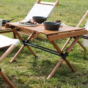 外にいながら、まるでリビングでくつろぐようなシーンを作れるロールトップテーブルは、天板をロール状に巻くことでコンパクト収納を実現。 2~3人で使うのに丁度良いサイズは、キャンプなどのアウトドアシーンは勿論、ピクニックや運動会などの屋外イベントにもピッタリです。安定感のあるロータイプテーブルなので、自然の中で使えば、草花や土のぬくもりをより近くで感じられます。 深みあるカラーは、お部屋のインテリアとも相性が良く、アウトドアだけでなくお部屋のサイドテーブルなどとしても活躍してくれます。