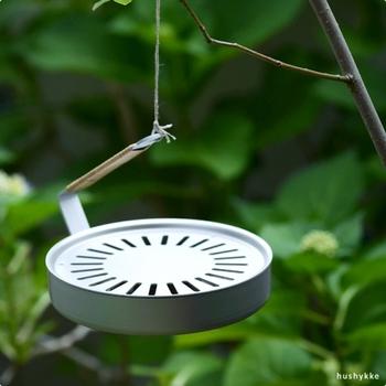 使い方は、耐熱性に優れた付属のグラスファイバーの上に、市販の蚊取り線香を直接乗せるだけ。取っ手の先端は、紐やフックを掛けやすい仕様になっているので、枝や、物干し竿などに引っ掛け、吊るして使うことが出来る優れもの。籐の持ち手は、折り畳み可能で、使わない時にはコンパクトに収納することが出来ます。