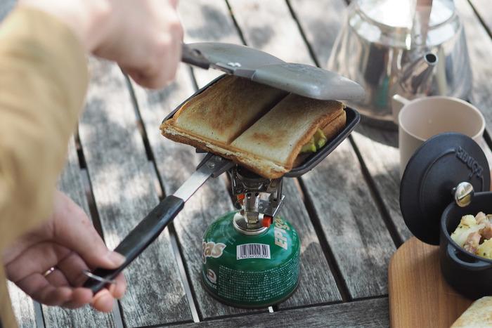 アウトドアと言えばバーベキューが定番ですが、こんなお手軽サンドイッチはいかがでしょう!サンドイッチトースターがあれば、いつもの食パンと家にある食材を自由に組み合わせるだけで、ボリュームたっぷりのリッチなホットサンドの完成です!ダブルタイプなら、具の量は少なめになりますが、中央部分がシールされパンの端っこがカリッとした食感に!例えば、左右で具の種類を変えて、1つで2種類のホットサンドを楽しむ事も。パンの外側にバターを塗っておくと、こんがりとした焼き上がりに…。