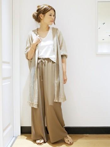 テロンとしたワイドパンツには同じく柔らか素材でコーディネートを楽しむとぴったりまとまり大人らしく着こなすことができます。