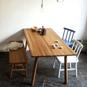 四角タイプのダイニングテーブルを壁付けした、無駄のないレイアウト。 チェアをベンチにすれば、省スペースながら座れる人数も増やすことができます。