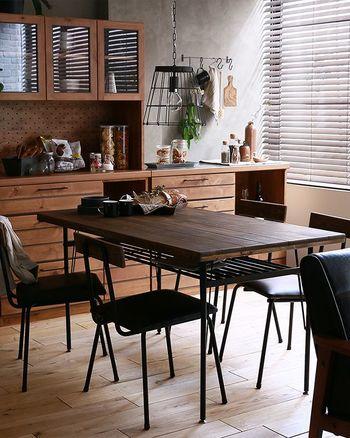 古木風のパイン材とアイアン脚で、男前インテリアにもなじむダイニングテーブル。 天板下には雑誌や小物を置ける棚が付いているて、散らかり対策に◎