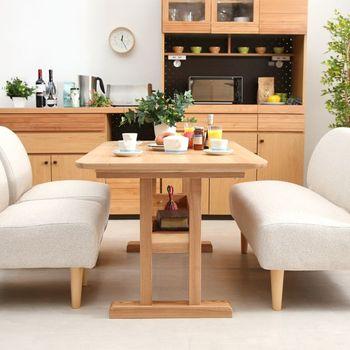 最近人気のソファダイニングを楽しめるのも、四角タイプの魅力。 こちらのダイニングテーブルは隅に脚のないデザインなので、座るときや立つときの動作もスムーズです。