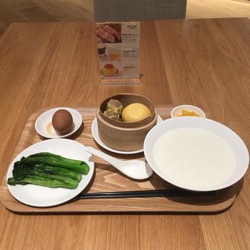 滞在中の食事はホテル併設の「MUJI Diner」で。朝食は和洋中から選ぶことができ、レストランで使用されているテーブルウェアの一部は2階と3階にある無印良品の店舗で販売されているので、気に入ったら購入することができますよ。
