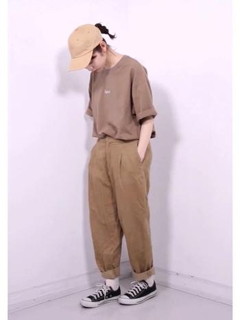 今期話題の茶系オンリーのワントーンコーデ。パンツの丈や形、Tシャツの絶妙なサイズ感が大切になります。