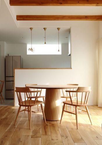 カフェのようにモダンな雰囲気が味わえるダイニングテーブル。 全方向からアプローチでき解放感があるので、趣味などで人が集まる機会が多い方に最適です。