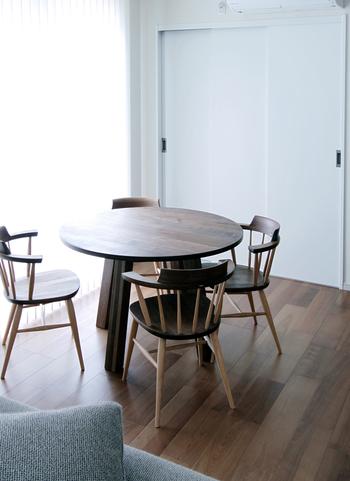 ウォルナットの質感が楽しめる、ラウンドデザインのダイニングテーブル。  出入口の近くでも、丸タイプならコーナーにスペースが生まれるため、椅子の位置さえ工夫すれば経路が確保できます。