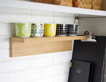 大好きなカップを見せて収納したいときに、ぴったりなのがこの棚。余計な装飾がないので、見せたいものがしっかり主役になるし、フラットなのでお掃除も簡単です。