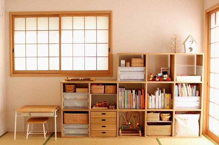 お子さんのおもちゃや絵本など、ごちゃごちゃしがちな細かいものをスタッキングシェルフで収納。和室でありながらも、窓枠と棚が同じ色味なのでしっくり溶け込んでいます。