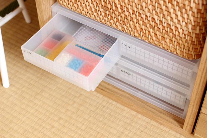 細かいビーズや折り紙、シールなどを棚にぴったり収まる引き出しで整頓。収納スペースが見つかりにくい半端なものが出てきてもこうしたスペースが設けられていると無駄なく収納できるので、ストレスなく使うことができますね!