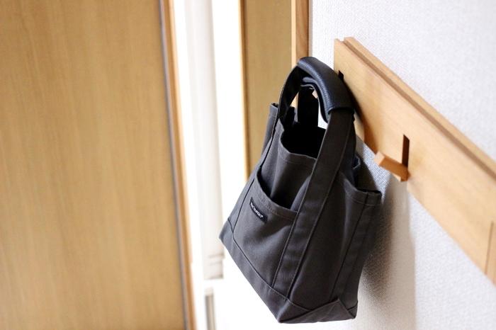 家の中で置き場に困るものといえば、鞄。でも、玄関に「壁に付けられる家具」を取り付ければ、帰ってきて出かけるまでの間、ずっと邪魔になりません。スペースの有効活用ができますね。