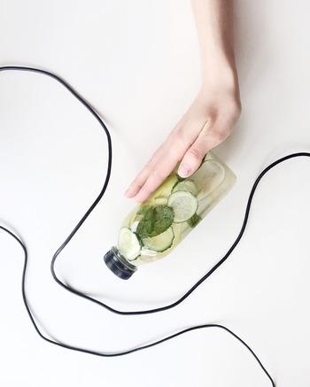 収れん化粧水は、主に開いた毛穴やお肌のひきしめ、皮脂コントロールのために使われる化粧水。  アルコールが含まれており、保湿されているというよりも、さっぱりした使い心地が楽しめるのが特徴です。  アルコールの含有量が他の化粧水よりも多めになるため、敏感肌さんや乾燥肌さんが使うと乾燥を感じやすいかもしれません。  どちらかというと、皮脂が多く悩んでいる方、脂性肌さんにおすすめの化粧水です。