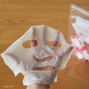 少し多いかな?くらいの分量の化粧水を染み込ませるとあっという間に即席マスクの完成です♪  ただし、水分が蒸発しやすいので、3分〜5分を目安に使っておくことをおすすめします。
