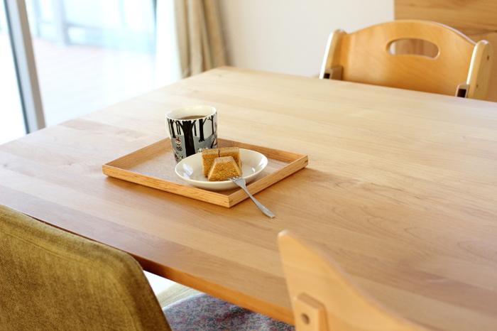 ご飯の時や、おもてなしの時、いろんなタイミングでおぼんを使用するかと思いますが、一番スペシャルに使えるのは「おやつの時間」。何気ない日常の中の、ささやかだけど特別なコーヒー/ティータイムにぴったりです。写真のように今日のおやつと一緒に、コーヒーや紅茶を入れてちょこっとテーブルに置く。そんな日常の小さな幸せに、このおぼんはそっと寄り添ってくれます。