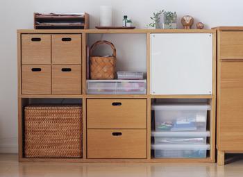 かごや棚、半透明のケースなどなど。様々な収納グッズを使い分けて、自分流の棚コーディネートを楽しむのも素敵ですね。