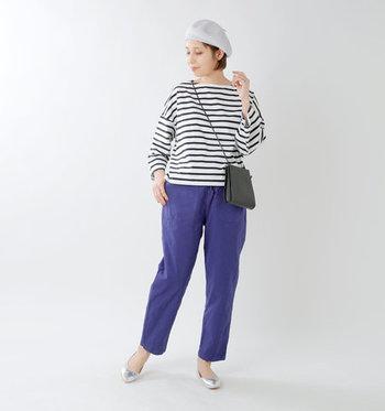 鮮やかなブルーのパンツに、いつものボーダートップスを合わせて。ここにグレーのベレー帽とシルバーのバレエシューズを合わせると、まとまり感のある綺麗めカジュアルなスタイルに。