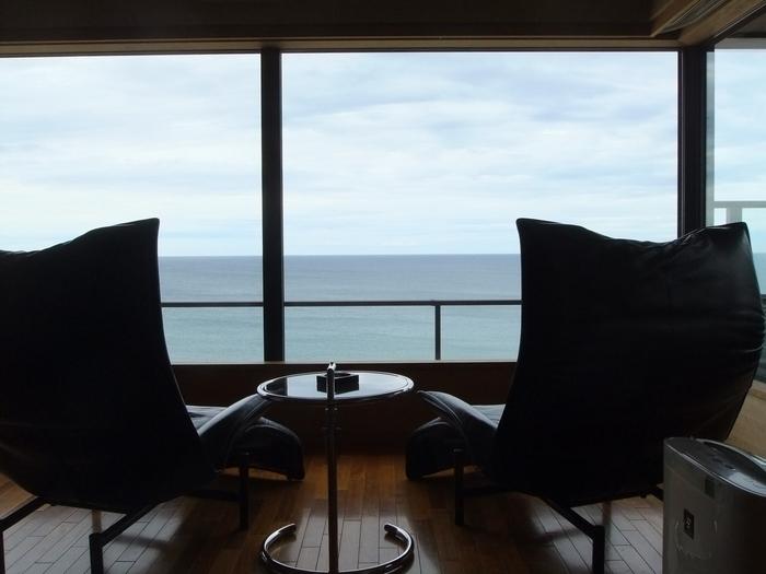山形県の魅力は山側だけではありません。湯野浜温泉は文字通り日本海に面する浜沿いの温泉郷。天喜年間(1053~58年)に発見されたとされ、奥州三楽郷のひとつに数えられます。 湯野浜温泉 游水亭 いさごやは、全客室から海を一望できるオーシャンビューの宿。お風呂からも、部屋の窓からも、心やすらぐ水平線の眺めが広がります。