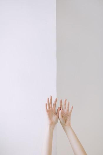 手でなじませる場合のメリットは… ・手のひらで化粧水を温めながらなじませることができるため、刺激を最低限にとどめられる ・手のひらで温まった化粧水をなじませることで、浸透がアップ!   デメリットは… ・不衛生な手でなじませると思わぬ肌トラブルになることもある ・手のひらは凹凸があるため、塗りムラが出やすい