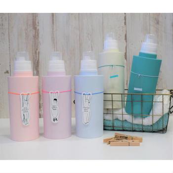 詰め替えボトルの区別におすすめの、動物のランドリープレート。洗濯洗剤、柔軟剤、おしゃれ着用洗剤、漂白剤と、一目で分かるようになっていて、それぞれ動物が紐からぶら下がっているプレートが何ともキュート!見えるところに飾りたくなるアイテムです。