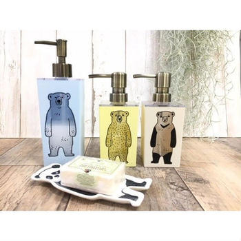 立ち姿のシュールなシロクマやパンダが描かれた、SO-Q STYLE(ソーキュースタイル)のソープディスペンサー。中に液体ソープを入れると、クマたちに色がつき、使用量も確認できて便利!シャンプー、コンディショナー、ボディーソープ等を入れて、お風呂タイムもにぎやかに楽しくしてくれます。