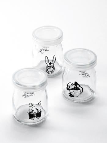 ネコやリスなどの動物がモノクロに描かれた、小さな手のひらサイズのガラスジャーセット。名前の通りヨーグルトを入れれば、動物の絵柄がより見えやすくなります。プラスチック製の蓋付きなので、キャンディなどのお菓子入れにしてもかわいい!