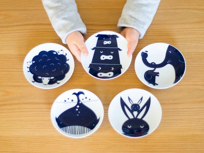 白い陶器に深い青で動物が描かれた、波佐見焼のお子様向け豆皿、KOMON KIDS(コモンキッズ)。シンプルな白地に青い動物が可愛らしく、お食事やおやつなど、日本の伝統工芸に触れながら食事ができます。お子様はもちろん、大人だって使いたくなる可愛さ!