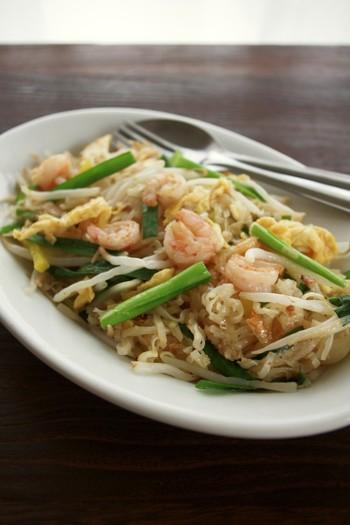 タイ風焼きそば「パッタイ」は、モチっとした食感の麺と甘みとコクのある味付けが特徴。こちらのレシピでは、センレックという米麺を使っていますが、無ければ茹でたうどんや焼きそば麺でも代用OK!食材は、たくあんを加えることで味に奥行きが出て、本場の味にグッと近づきますよ。