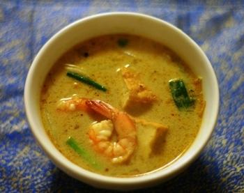 「ラクサ」はマレーシアのご当地麺料理。地域ごとに様々な味があり、その種類の多さに驚かされます。こちらはカレーラクサのレシピ。ココナッツミルクも入った濃厚な味の一品です。
