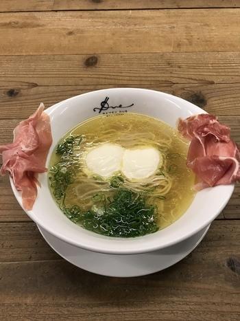 透き通ったスープが美しい「らぁ麺生ハムフロマージュ」。スープの上に浮かぶ白い物体がフロマージュ(チーズ)です。細麺と絡めて食べるとまるでパスタのような味わいに!サイドの生ハムも頂き、〆はご飯を入れてリゾットに。まさにフルコース!
