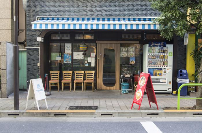 麹町駅近くに位置するブルーのストライプと木目の扉が印象的なラーメン店「ソラノイロ」。ここ麹町の本店以外にも東京駅や京橋などにも店舗があるのでご存知の方も多いかもしれません。