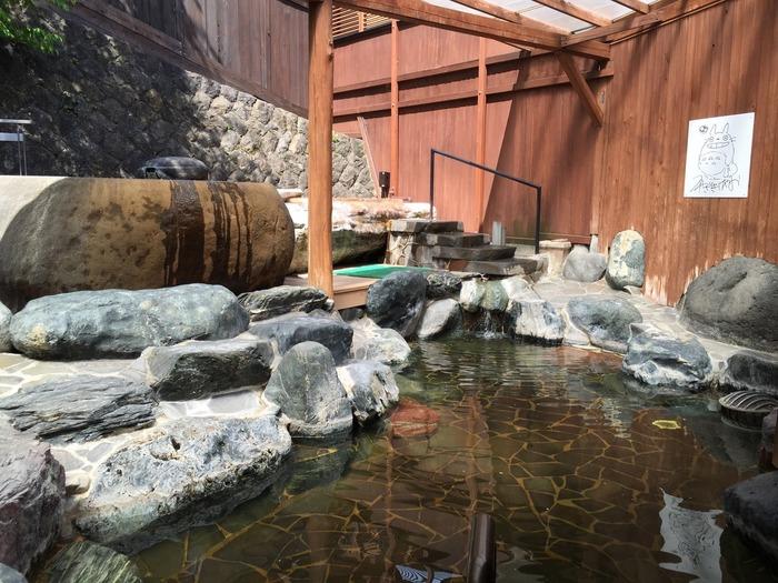 市街地に14軒の宿と4つの公衆浴場が軒を連ねる赤湯温泉。 中でも「上杉の御湯 御殿守」は、上杉家赤湯御殿として創業380余年の歴史を持つ宿です。岩造りの露天風呂や、日本一の大岩くりぬき露天風呂「龍神の湯」をはじめ、12のお風呂を楽しめます。