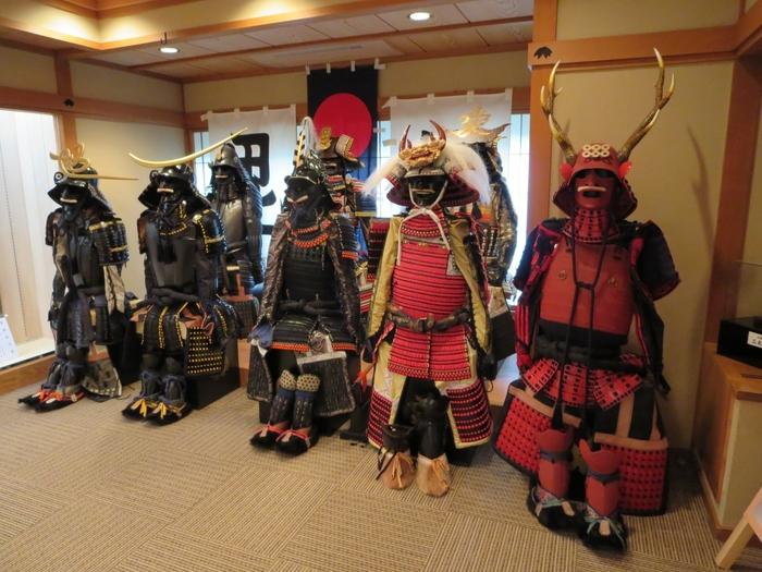 上杉家ゆかりのお宿とあって、館内では歴史にまつわる貴重な資料や甲冑などの展示も。甲冑を試着できるコーナーもあるので歴史好きの方にはたまらないかも!?