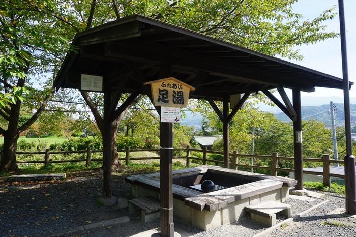 上山温泉には市街地に4つ、葉山地区に1つ、合計5つの足湯があり、いずれも無料で楽しめます。上山城の足湯は、上山市街や蔵王連峰を一望できる眺めのいい足湯。そのほか、公衆浴場やホテルの日帰り入浴なども利用できます。
