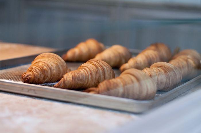 パンの美味しさを損なう主な原因は二つ。内部の水分が蒸発することによる「乾燥」、旨味の元になっている「でんぷん質の劣化」です。この二つを防ぐには、乾燥しやすい冷蔵庫より「冷凍保存」がおすすめです。劣化は時間と共に進むので、食べきれない分は粗熱が取れたらすぐに冷凍保存しておきましょう。大きなパンは切り分けて、一つ一つラップで空気が入らないように包み、ジップロックなどの保存袋に入れて冷凍庫へ。保存料を使わなくても、焼きたてのおいしさを閉じ込めておけるのが嬉しいですね。