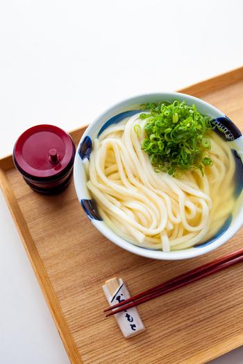 """日本のソウルフードとして、子供から大人まで、みんなに親しまれている「うどん」。ツルツルとした喉ごしと、コシのある麺とお汁というシンプルな組み合わせは、自分好みにアレンジして食べるのも楽しみのひとつです。また、時間の無い時は勿論、「手早く食べたい!でもお腹にたまるものがいい…。」そんな時にも「うどん」嬉しいメニュです。  今回は、うどんに合わせたい美味しい出汁の取り方や、うどんつゆの作り方、さらに手早く作れる美味しい""""うどんレシピ""""をご紹介したいと思います。是非、みなさんのお気に入りのレシピを見つけてみて下さいね!"""