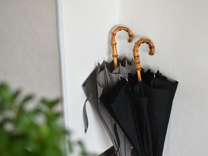 UV・撥水加工が施された、晴れの日も雨の日も使える晴雨兼用傘。天気によって傘を変えるのは意外と面倒なので、日傘も愛用しているという人にはまさにぴったりのアイテムです。持ち手は竹製で、手にしっかりと馴染みます。